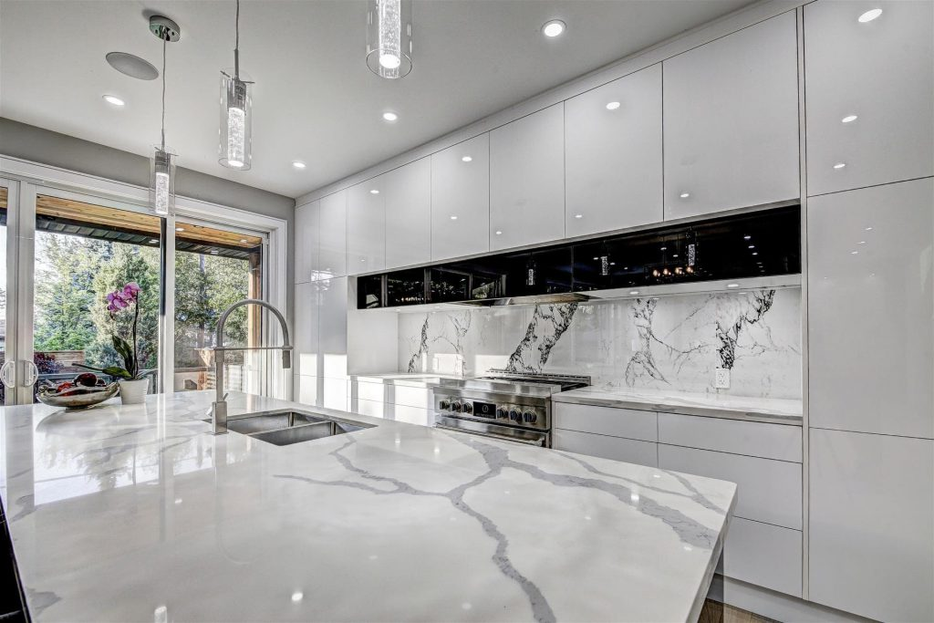 classic-kitchen-with-build-in-appliances-and-marble-splash-wall-kitchen-designers-toronto