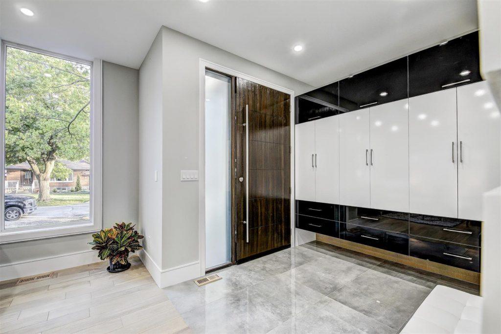 custom-homes-toronto-luxury-hallway-with-custom-front-door-and-build-in-cabinets