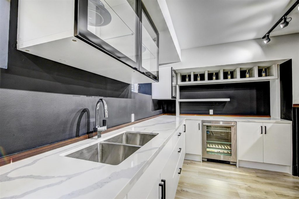 modern-kitchen-with-amazing-marble-counter-top-kitchen-renovations-toronto